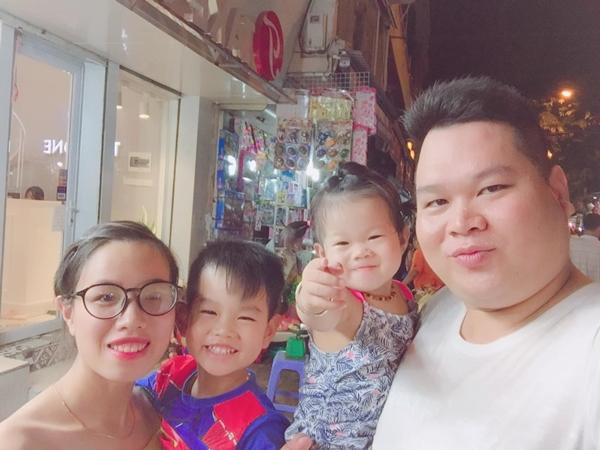 Gia đình anh Lê Hùng và chị Thanh Huyền, bé Củ cải 5 tuổi, bé Súp lơ 2 tuổi.