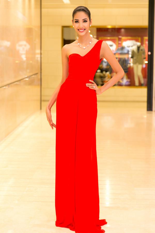 Hoàng Thuỳ nổi bậtvới thiết kế váy lệch vai tông màu đỏ tươi, lối làm tóc, trang điểm và chọn trang sức ngọc trai đều giúp á hậu trở nên quyến rũ hơn.