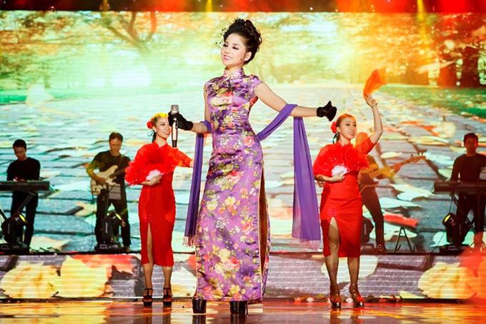Trong đêm nhạc, cô biến hoá hình ảnh liên tục, khi là một cô gái Việt Nam dịu dàng, lúc hoá thân thành người Nhật, lúc lại trở thành Đặng Lệ Quân..