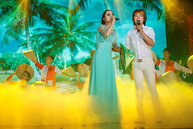 Ca sĩ Ngô Quốc Linh hát cùng chủ nhân đêm nhạc.