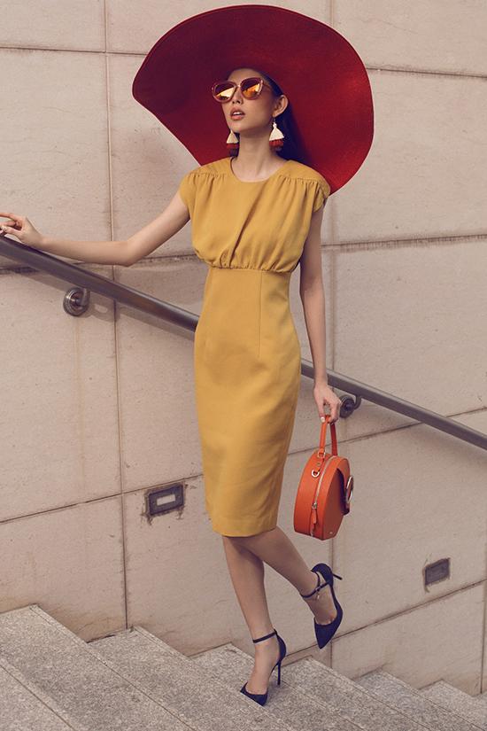 Ngoài trang phục đẹp, những mẫu phụ kiện hot trend như kính mát và túi xách cũng được lựa chọn để hoàn thiện set đồ.