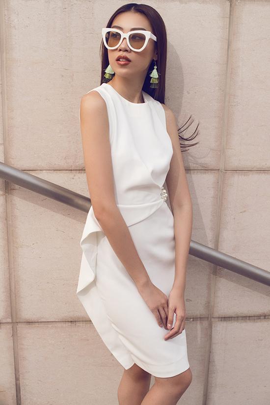 Dáng váy cocktail phổ biến trở nên mới mẻ hơn bởi cách bố trí đường bèo nhún, vạt xéo điệu đà.