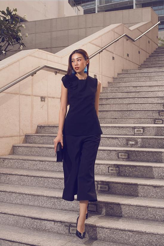 Bộ tập xuân hè 2018 của nhà mốt Việt còn mang tới nhiều bộ suit hiện đại với kiểu quần ống lửng hợp mốt mùa nắng.