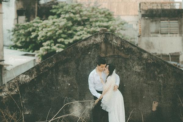 Hoàng Tuấn và Tuyết Hoa có vỏn vẹn một ngày để chuẩn bị trang phục cho bộ ảnh. Chiếc váy voan hay bộ vest là của ông bà cô dâu, chú rể. Việc tìm kiếm địa điểm là một thử thách bởi bối cảnh của bộ ảnh phải đảm bảo theo phong cách cổ xưa.
