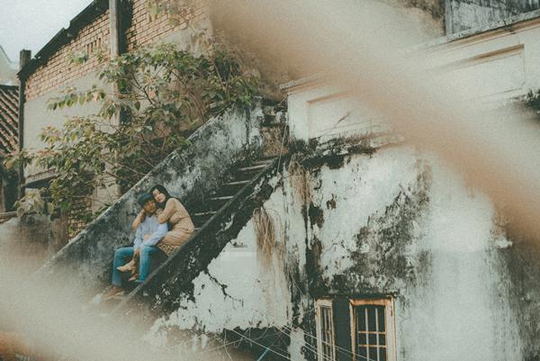 Xuyên suốt buổi chụp ảnh cưới của Tuấn và Hoa là cảm giác mệt xen lẫn hạnh phúc. Cả hai có dịp ôn lại những kỷ niệm đẹp thuở mới yêu, những lúc buồn-vui-hờn-giận.Chúng tôi cứ hồn nhiên kể cho nhau nghe những câu chuyện cũ, để mặc các nhiếp ảnh gia thoải mái tác nghiệp, Tuyết Hoa chia sẻ.