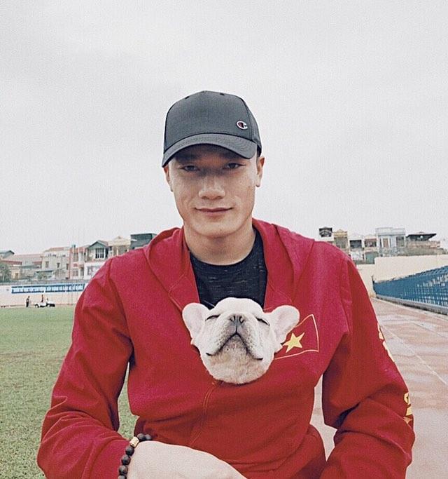 Thủ môn Bùi Tiến Dũng cho cún cưng vào áo, ra sân tập cùng mình. Các fan tan chảy vì hành động dễ thương của chàng cầu thủ quốc dân.