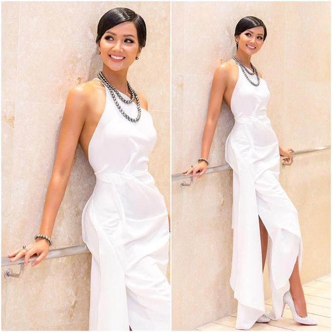 HHen Niê diện chiếc đầm màu trắng, đúng màu sắc yêu thích của cô.