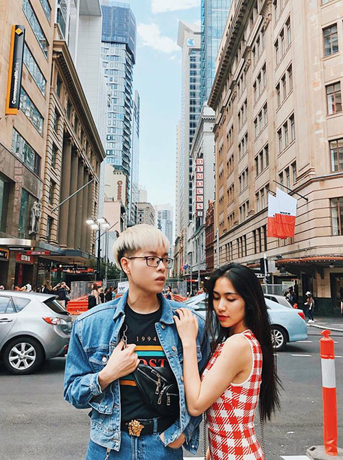 Đức Phúc và Hoà Minzy đang có chuyến công tác ở Australia. Cả hai tạo dáng cực ngầu đi kèm caption hài hước: Hoa râm bụt nở đầu đường phố Sydney.