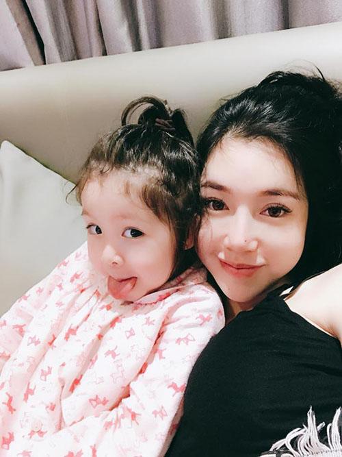 Hai mẹ con Elly Trần - Cadie chúc ngủ ngon cả thế giới bằng bức ảnh dễ thương.