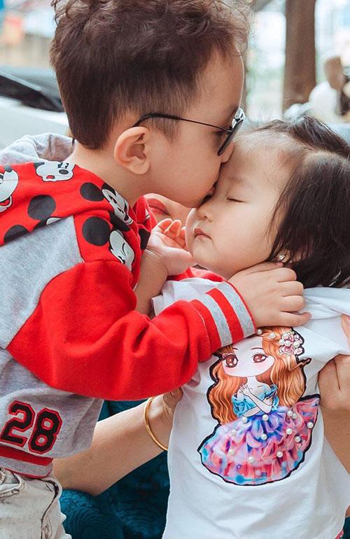 Su Hào nhà Tuấn Hưng ân cần hôn trán em gái Son.