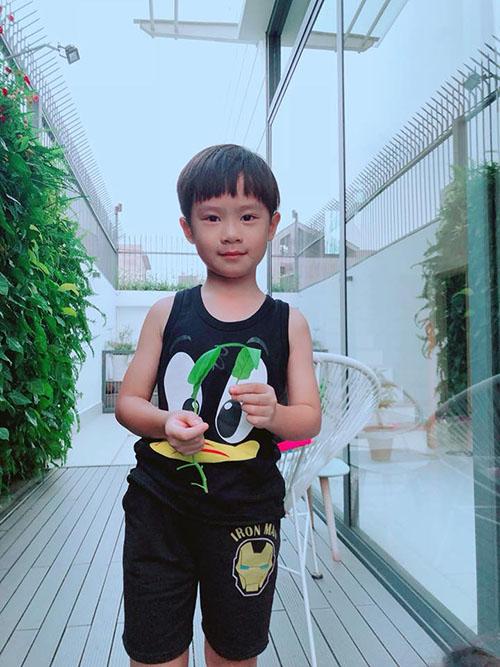 Ngày cuối tuần, anh em Rio được bố Lý Hải mẹ Minh Hà giao nhiệm vụ thu hoạch rau.