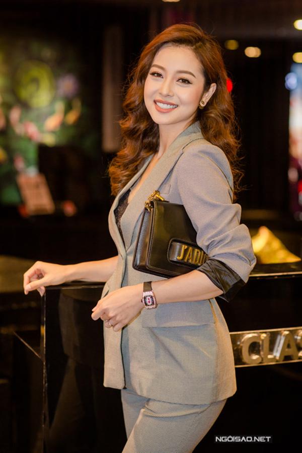 Jennifer Phạm thể hiện sự sành điệu với suit thanh lịch và theo đúng trào lưu thời thượng được các fashionista thế giới ưa chuộng.