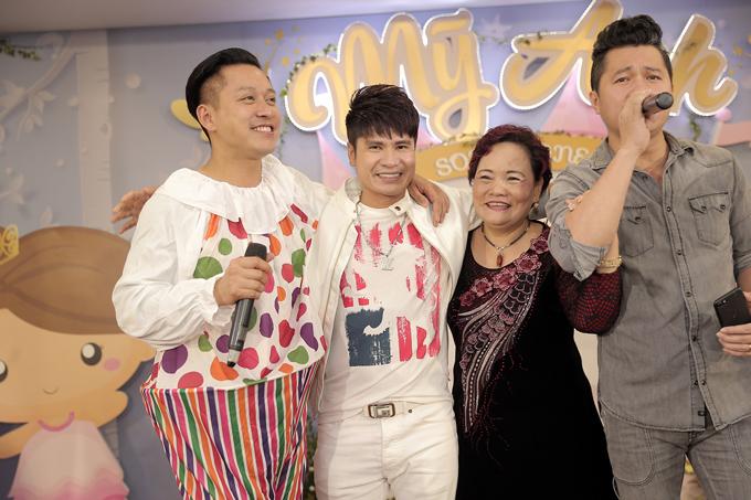 Ca sĩ Lâm Vũ (ngoài cùng bên phải) cũng bay ra Hà Nội dịp này để chúc mừng gia đình cựu thành viên Quả Dưa Hấu.