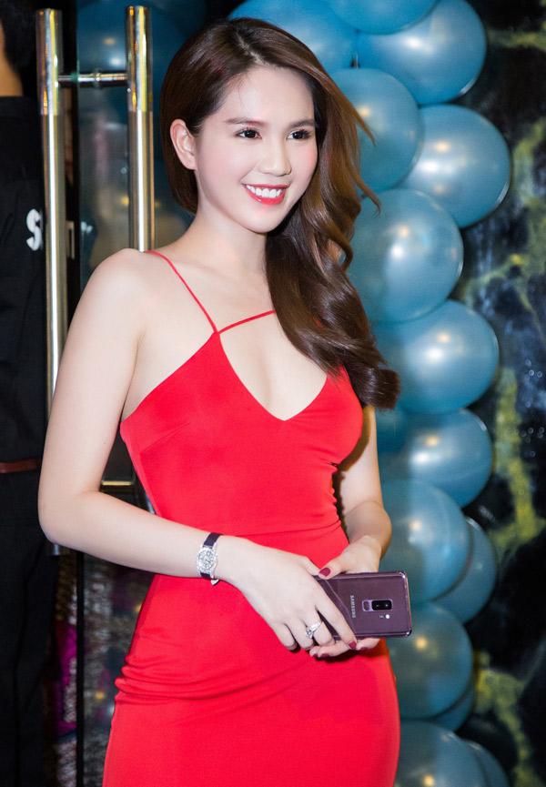 Ngọc Trinh nổi bật với váy đỏ, khoe da trắng nuột nà.