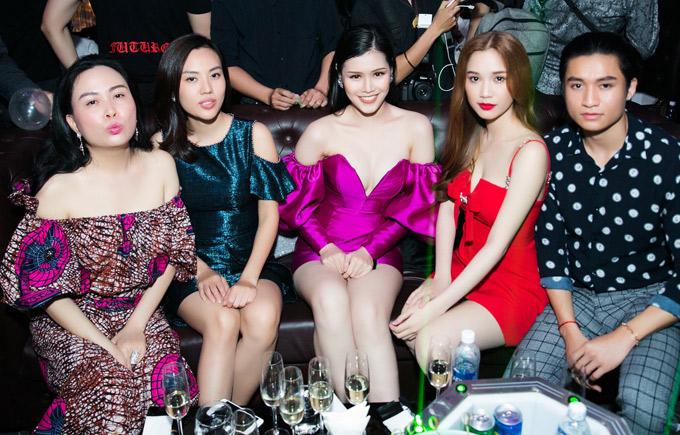 Phượng Chanel - bạn gái Quách Ngọc Ngoan (ngoài cùng bên trái) nhí nhảnh chụp ảnh cùng bạn bè.