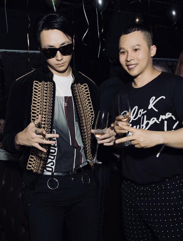 Ca sĩ Rocker Nguyễn mặc cá tính tới chung vui với ông bầu Vũ Khắc Tiệp.