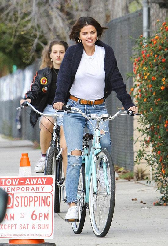 Selena Gomez có cuối tuần thư thả cùng bạn bè ở Los Angeles. Cô được trông thấy đạp xe đi dạo quanh khu phố Studio City gần nhà.