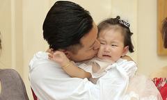 Con gái Tuấn Hưng khóc thét khi bố hôn má trong tiệc sinh nhật