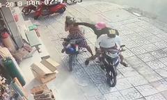 Người phụ nữ ngã nhào vì bị giật dây chuyền hai lần liên tiếp