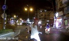 Người đàn ông giả vờ đụng xe, chặn đầu ôtô ăn vạ ở Sài Gòn