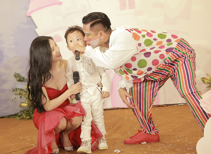 Trái ngược với em gái,Su Hào lại liên tục chạy lên sân khấu để nô đùa. Cậu nhóc không hề sợ khi thấy gương mặt bố trang điểm như chú hề.