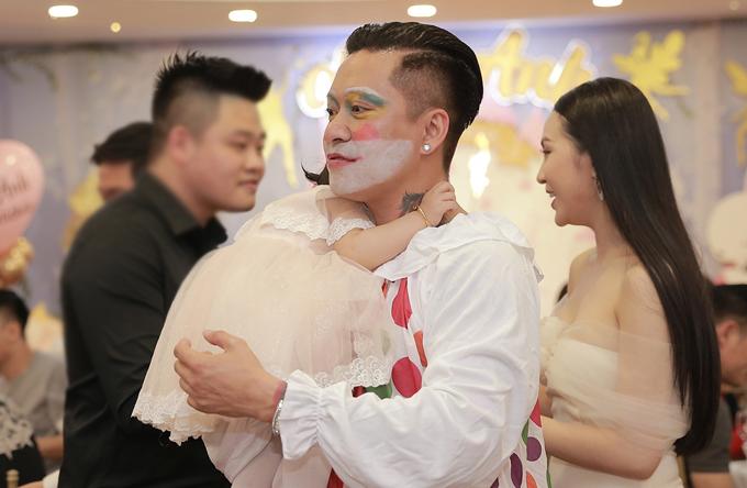 Vì không khí bữa tiệc rất náo nhiệt và có đông người nên bé Son tỏ ra sợ sệt. Cô nhóc ôm chặt cổ bố không rời.