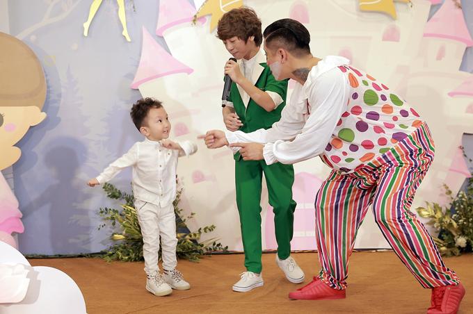 Su Hào còn hào hứng nhảy nhót theo nhạc. Cách đây ít ngày, Su Hào đã được bố cho đi du lịch ở Hàn Quốc.