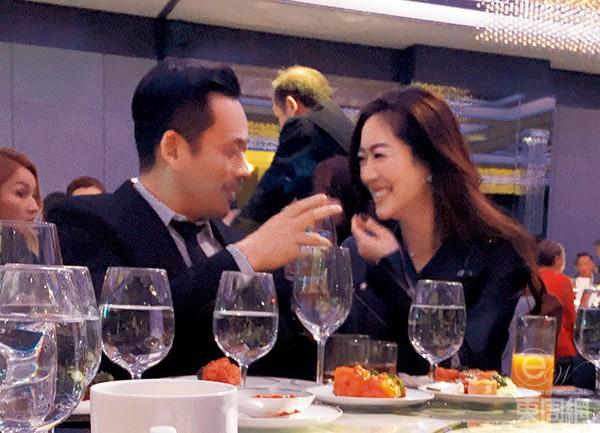 Alvin Chau và Matsuoka Rina cùng dự một sự kiện diễn ra tối 17/3. Ngồi bên nhau trong bàn tiệc, vị tỷ phú sòng bài Macau không ngừng dành chongười đẹp gốc Nhật