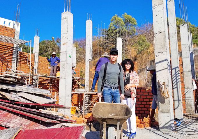 Nathan Lee và mẹ trực tiếp giám sát việc xây dựng biệt thự mới tại Vũng Tàu.