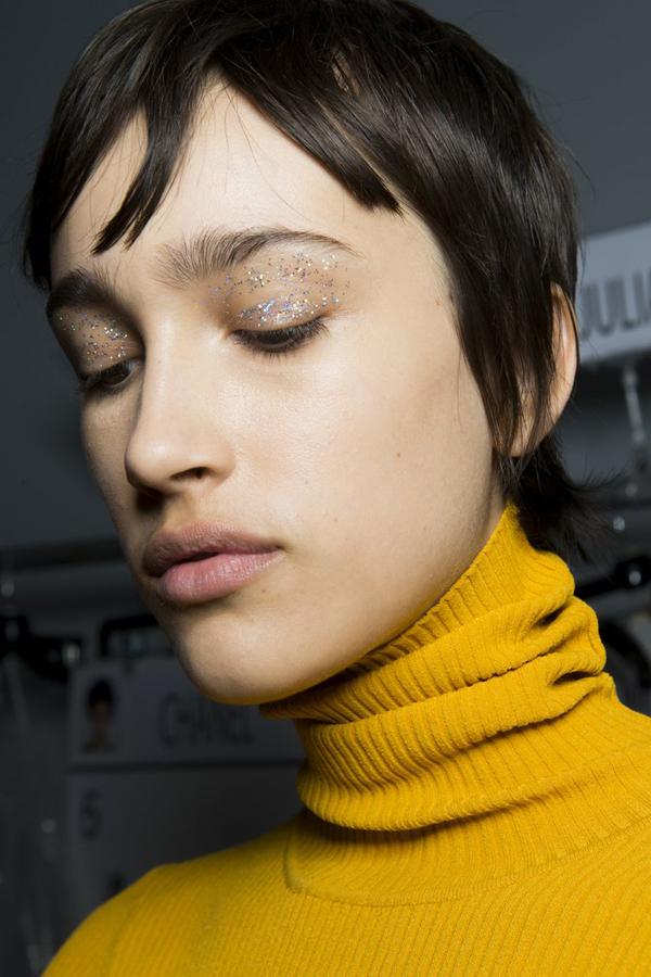 Trang điểm mắt gắn nhũĐây là phiên bản nâng cấp của xu hướngtrang điểm mắt nhũ. Thay vì sử dụng màu mắt nhũ, các chuyên gia trang điểm gắn trực tiếp nhũ lên bầu mắt. Tuy nhiên, style trang điểm này không phù hợp để sử dụng hàng ngày.
