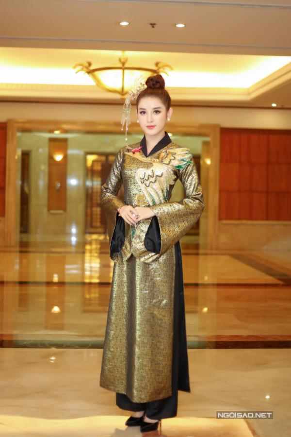 Cùng xuất hiện bên các người đẹp trong buổi họp báo của Hoa hậu Việt Nam, Huyền My tự công thêm vài tuổi bởi cách chọn áo dài và trâm cài đầu.