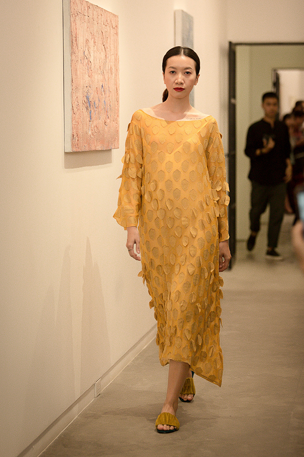 Ngoài lụa tơ tằm, nhà mốt Việt còn sử dụng nhiều chất liệu vải mỏng, vải thô được dệt thủ công và mang đặc trưng nguồn gốc thiên nhiên.