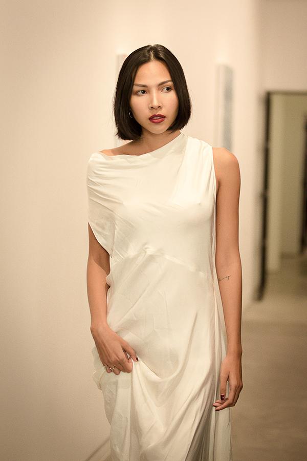 Lấy cảm hứng từ sự thuần khiết của những đoá sen trắng, Li Lam đã mang tới nhiều mẫu trang phục ứng dụng cho mùa hè 2018.