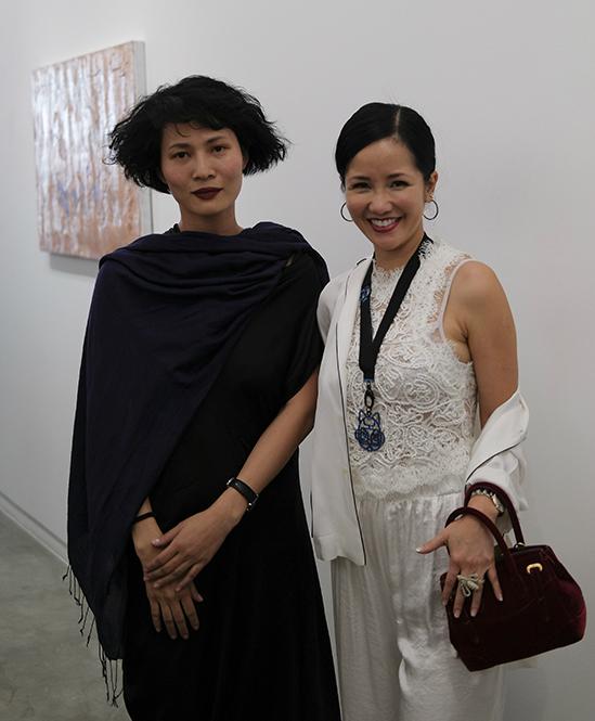 Cuối tuần qua, khi đến tham dự show diễn của Li Lam được tổ chức tại một phòng tranh ở TP HCM, ca sĩ Hồng Nhung diện áo ren trắng, suit theo kiểu pijama lụa.