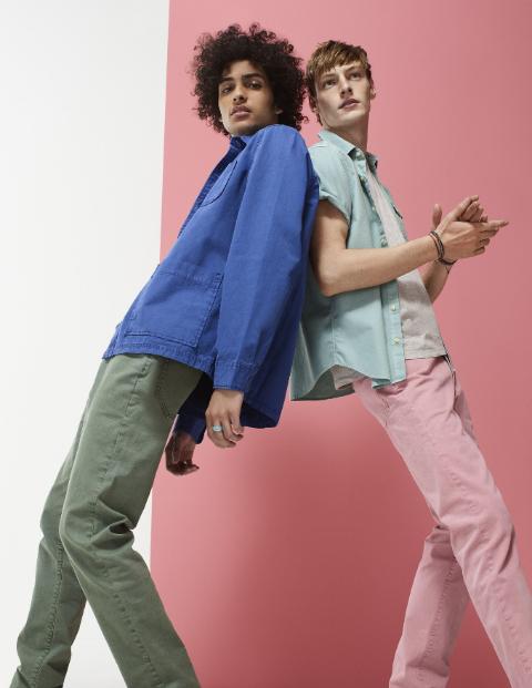Không chỉ là thiết kế denim thông thường, những chi tiết đục lỗ hay xắn gấu với màu sắc ấn tượng từ Color Denim của GAP sẽ tạo nên trải nghiệm tươi trẻ, mới lạ hơn cho người mặc.
