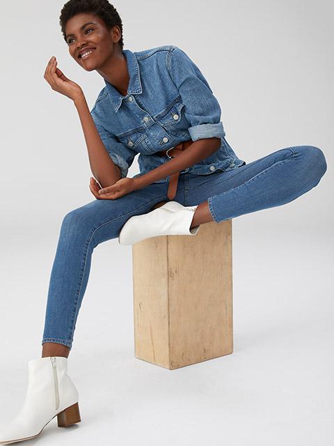 Chỉ đơn giản là áo và quần denim, người mặc có thể thỏa sức sáng tạo về màu sắc như một tone màu chủ đạo cho cả áo và quần hay sự đối lập màu sắc sáng, tối, đậm, nhạt.