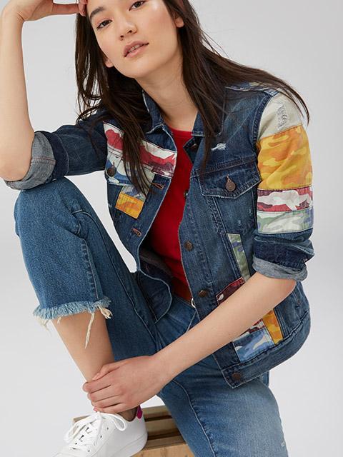 Xu hướng denim on denim vẫn được giới trẻ ưa chuộng trong mùa xuân năm nay. Hình ảnh những cô nàng trẻ trung, cá tính trongbộ trang phục denim luôn có sức lôi cuốn riêng.