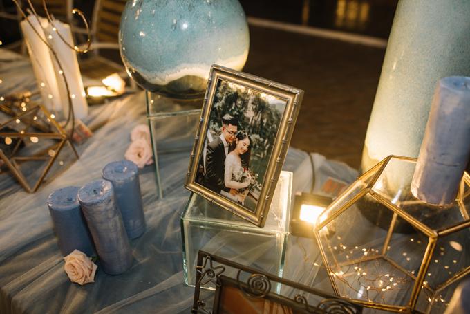 Tone trang trí chủ đạo của tiệc cưới là màu xanh nước biển và trắng, phù hợp với không gian lãng mạn bên hồ bơi, đồng thời đem tới phong cách trẻ trung, ấn tượng.