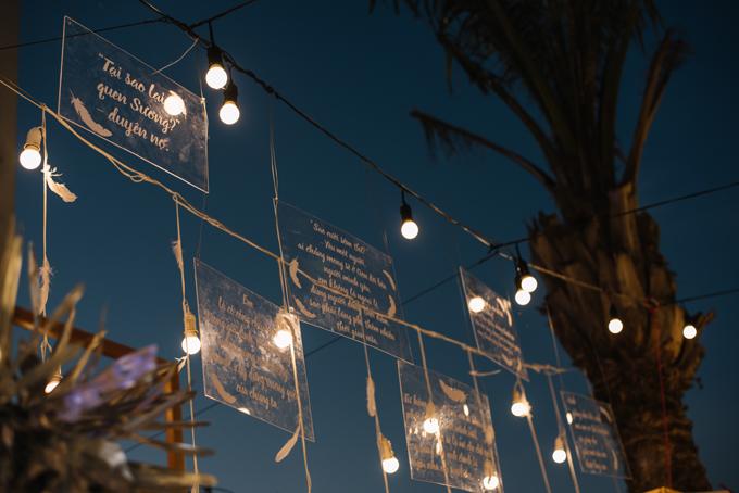 Những tấm bảng bằng nhựa trong suốt ghi các câu hỏi mà mọi người thắc mắc về chuyện tình yêu của Sương và Ngọc, cùng câu trả lời từ người trong cuộc.
