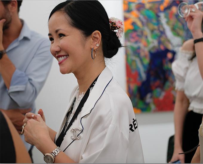 Ngoài trang phục trắng, chất liệu nhẹ nhàng phù hợp với ngày cuối tuần rực nắng, Hồng Nhung còn chọn thêm các phụ kiện cá tính để mix đồ.