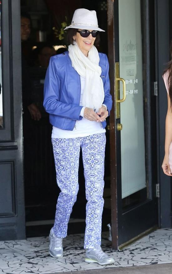 Nhìn qua có lẽ nhiều người không nghĩ đây là bà ngoại của Kim vì phong cách quá trẻ trung.