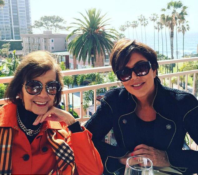 Mẹ Kim - ngôi sao truyền hình thực tế Kris Jenner - đến thăm mẹ và hẹn hò đi ăn. Cô Kris từng nhiều lần mời mẹ tới Los Angeles ở cùng để tiện chăm sóc và chữa bệnh tuổi già nhưng bà Mary thích sống độc lập một mình. Ngoài Kris, bà Mary còn có một cô con gái khác nhưng không hoạt động trong ngành giải trí. Chồng bà (ông ngoại Kim) đã mất từ thời trẻ vì gặp tai nạn trong lúc say rượu lái xe.