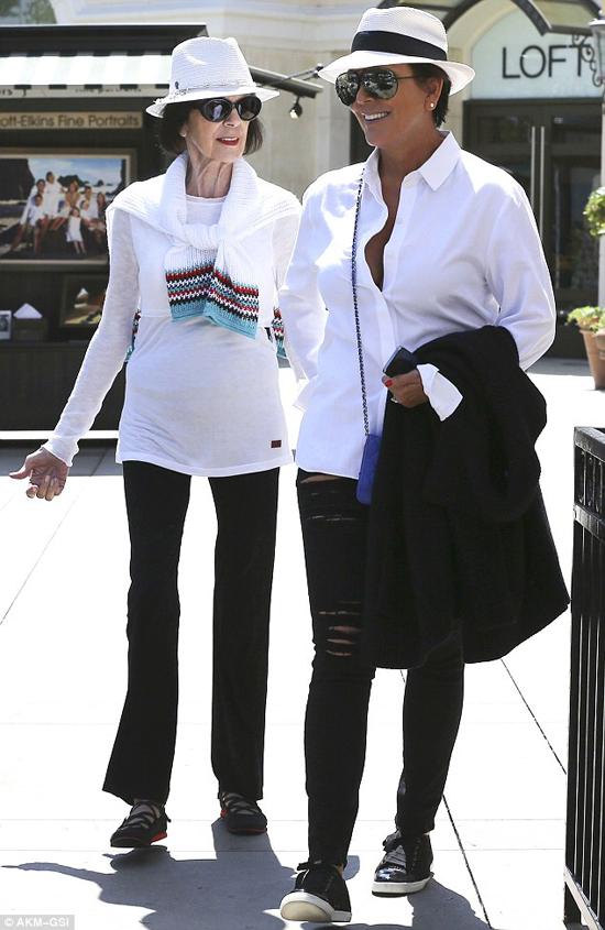 Bà Mary và con gái mặc đồ đồng điệu đi dạo phố.