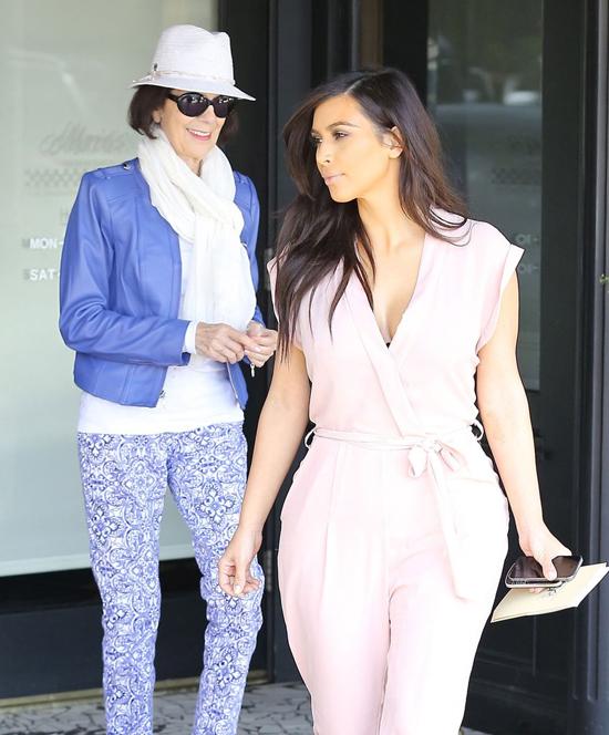 Bà mặc bộ đồ xanh sành điệu khi đi ăn trưa với Kim Kardashian.
