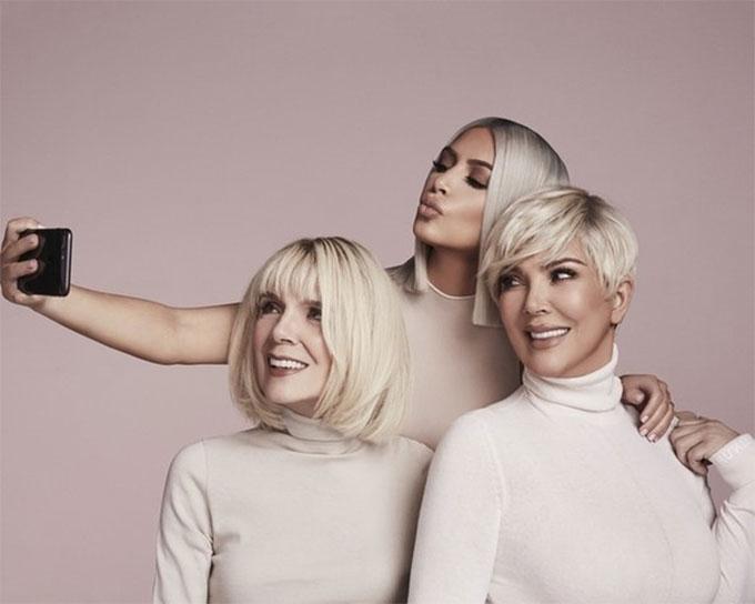 Bà Mary Jo Shannon (ngoài cùng bên trái) vừa xuất hiện trong bộ ảnh quảng bá dòng mỹ phẩm mới của Kim Kardashian sắp ra mắt vào ngày 23/3. Bà ngoại Kim nhuộm tóc bạch kim ton sur ton với con gái và cháu gái.