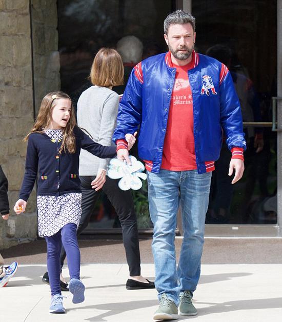 Ben Affleck đưa các con rời nhà thờ sau buổi lễ.