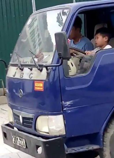 Cậu bé ôm vô lăng lái xe dù còn rất nhỏ.