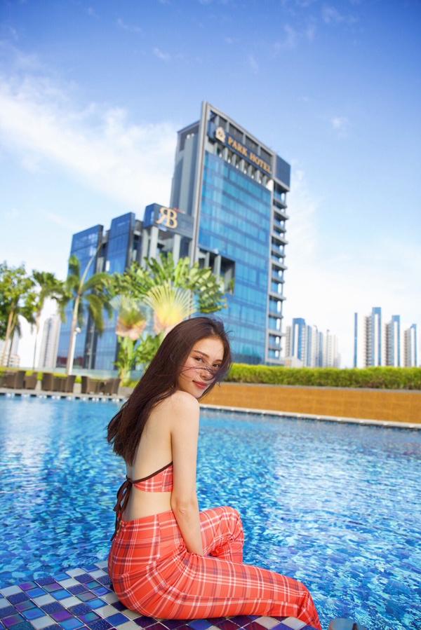 Bộ ảnh được thực hiện với sự hỗ trợ của nhiếp ảnh Huy Nguyễn, trang phục Thanh Trúc Trương, người mẫu Lin Rin.