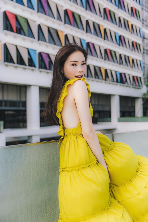 Váy mùa hèđược khai thác khoảng hở tối đa ở phần mạn sườn giúp các bạn gái khoe vẻ đẹp sexy.