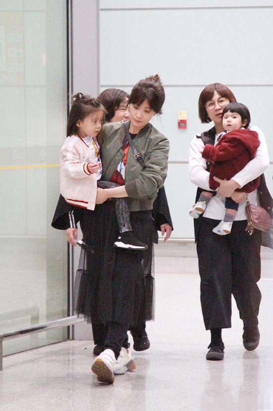 Nàng Triệu Mẫn Giả Tịnh Văn bế con gái Bubu xuất hiện tại sân bay hôm 18/3. Bé gái năm nay gần 3 tuổi, là kết quả tình yêu của ngôi sao Đài Loan và người chồng thứ hai, Tu Kiệt Khải. Trong khi mẹ bế bé lớn, bé thứ hai Bobo được người nhà bế.